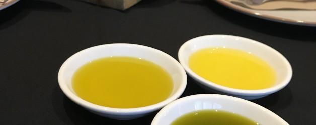 オリーブオイルの色はどれが本物?